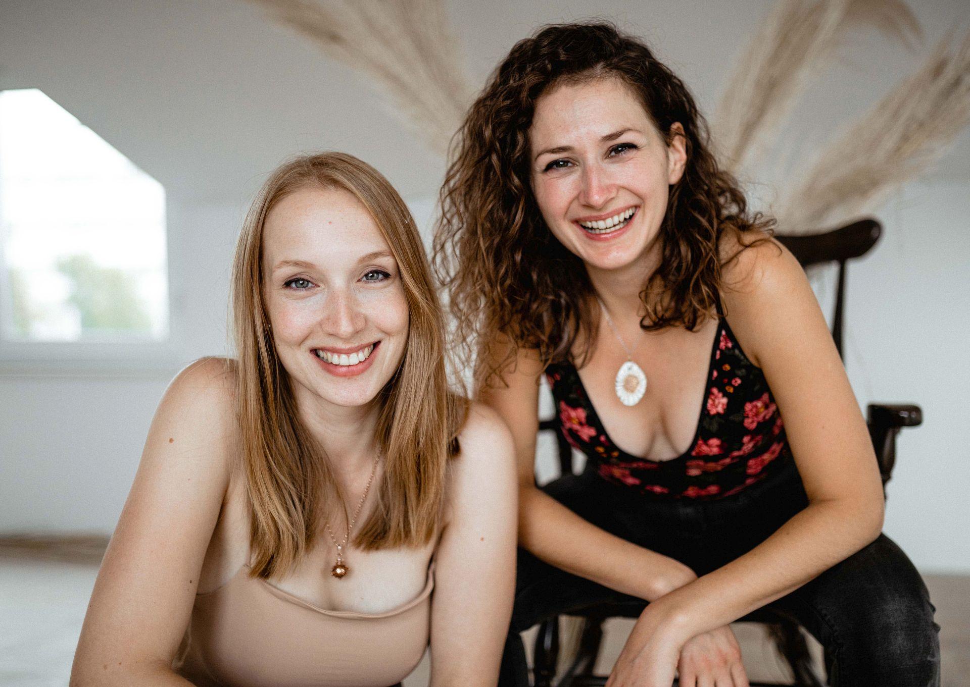 Mi smo Jasmina i Jela, doule i porođajne edukatorice.