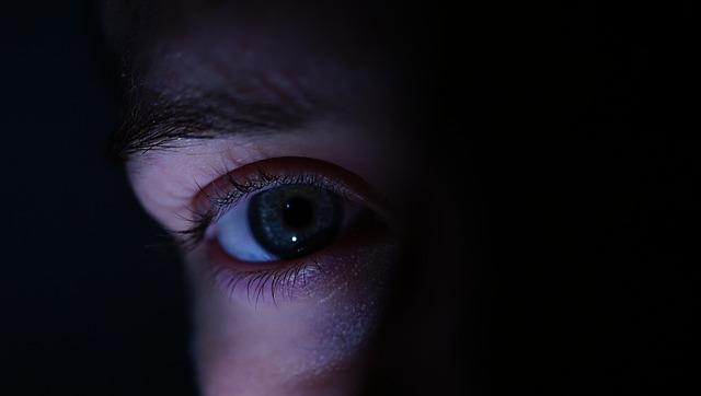 Bilde av et øye i mørket