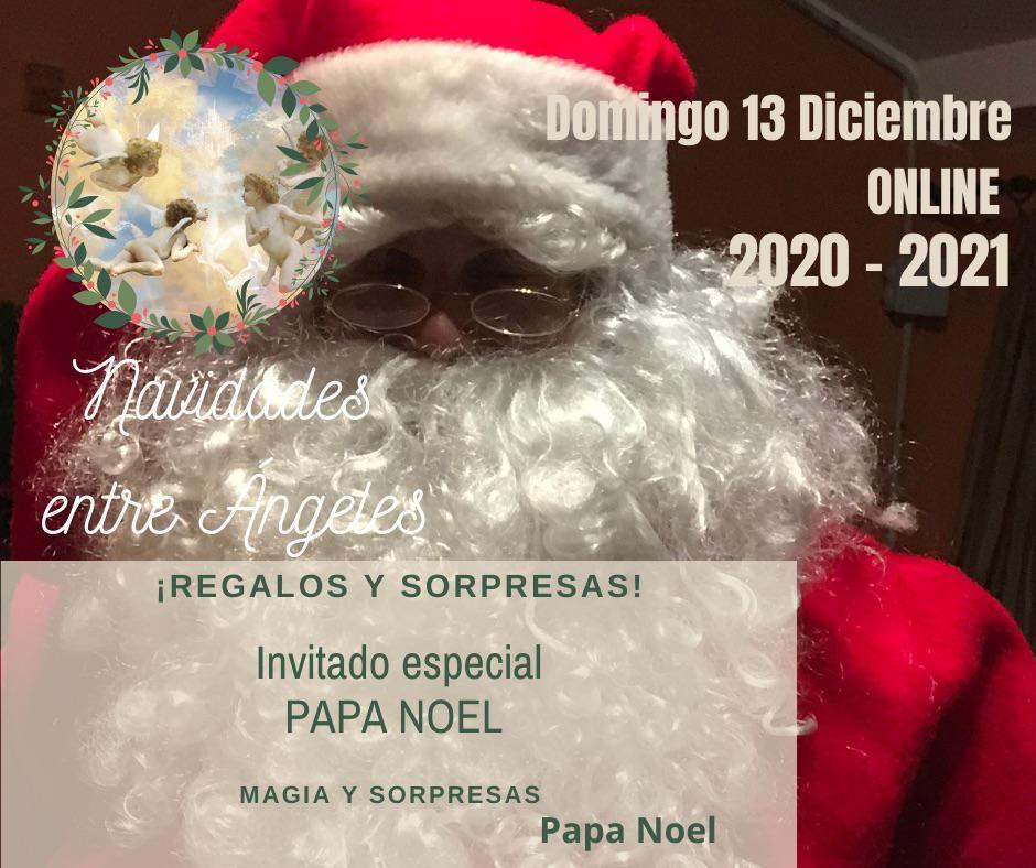 Papa Noel en Navidad entre ángeles