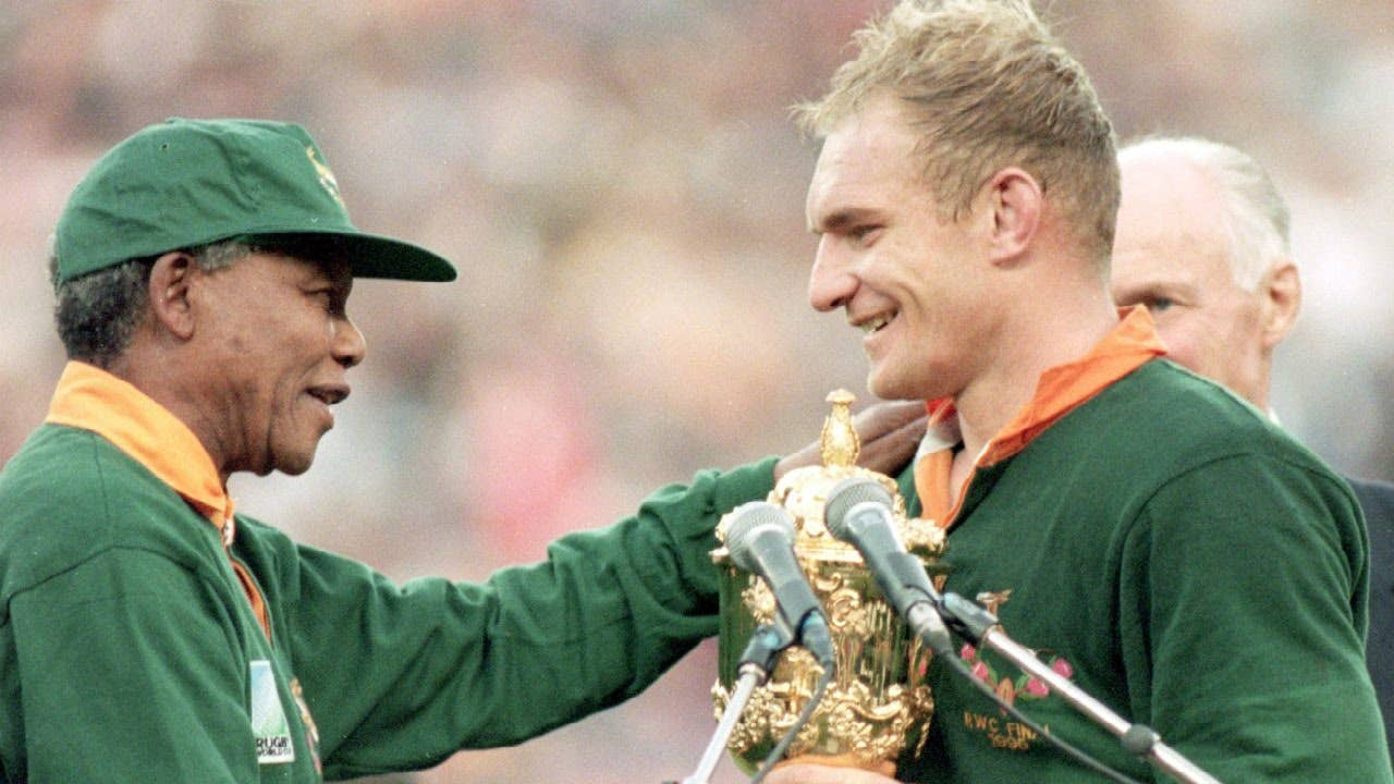 Nelson Mandela presenting Francois Pienaar with the 1995 Rugby World Cup trophy