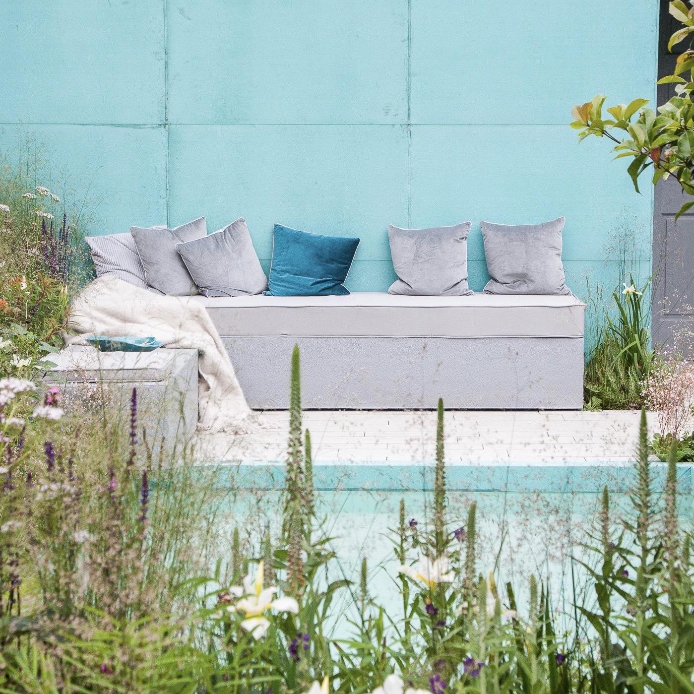 leonie-cornelius-garden-design-blue-water-feature