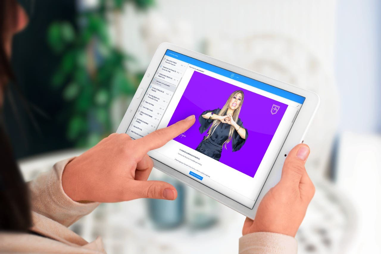 Tablet con foto de uno de los modulos de academia