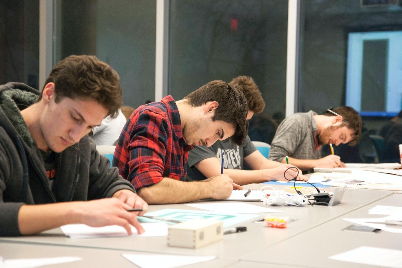 Grupo de 4 alumnos trabajando en un proyecto en clase