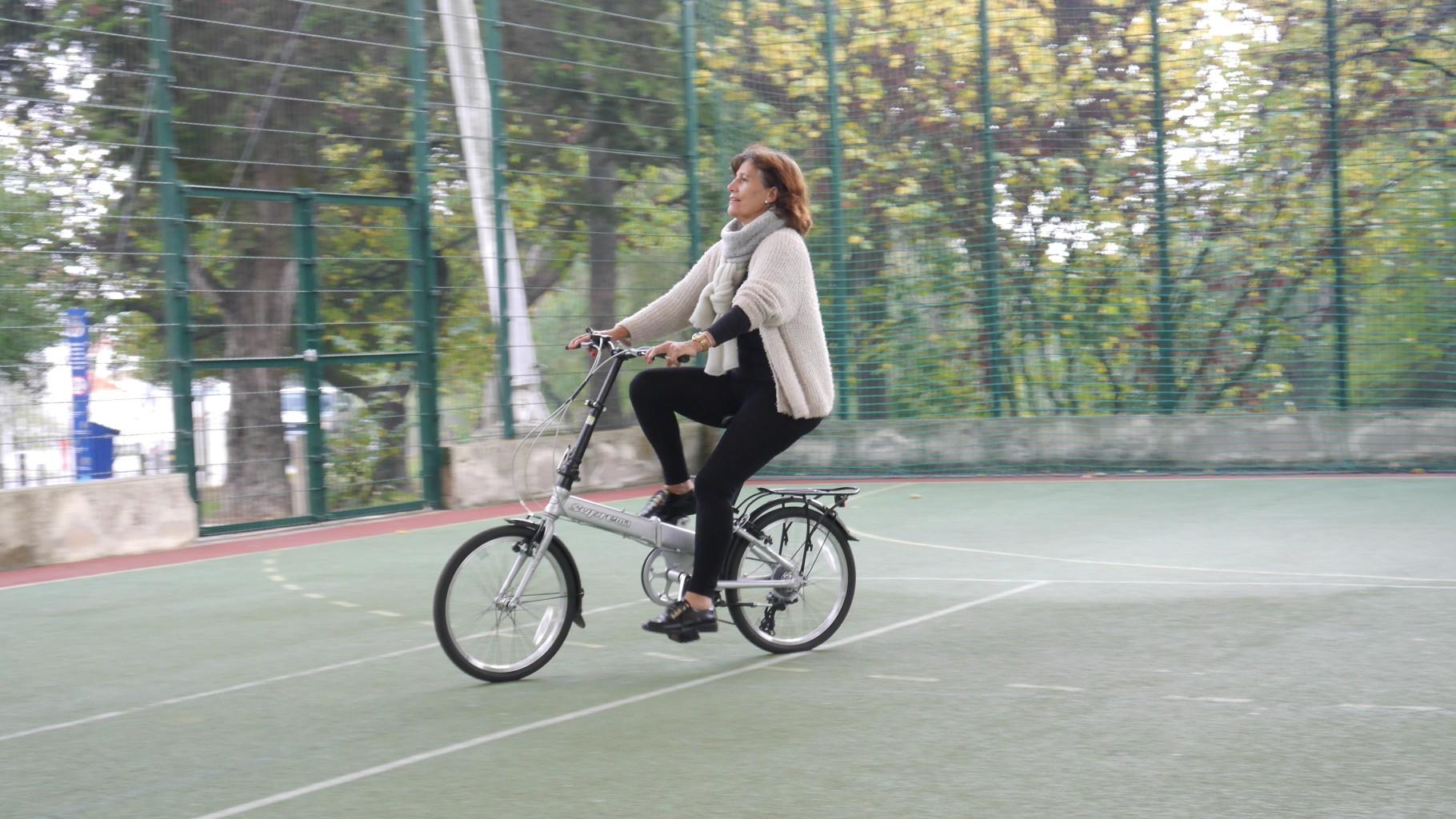 mulher a pedalar feliz