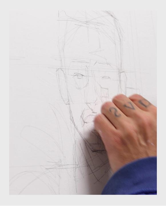 Artista Juan Ruiz dibujando