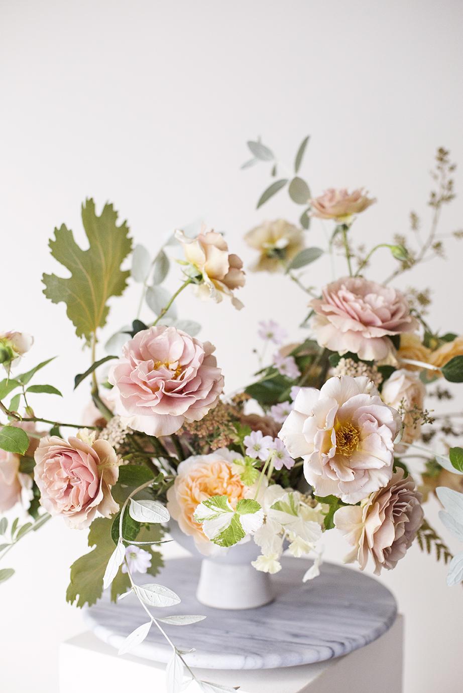 Coffee rose flower arrangement Photo Aesme Studio