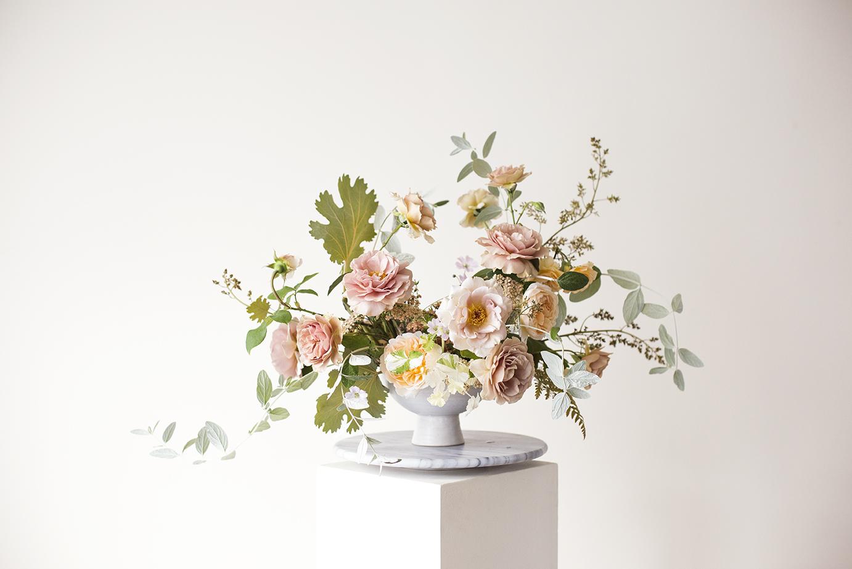 Garden rose flower arrangement Photo Aesme Studio