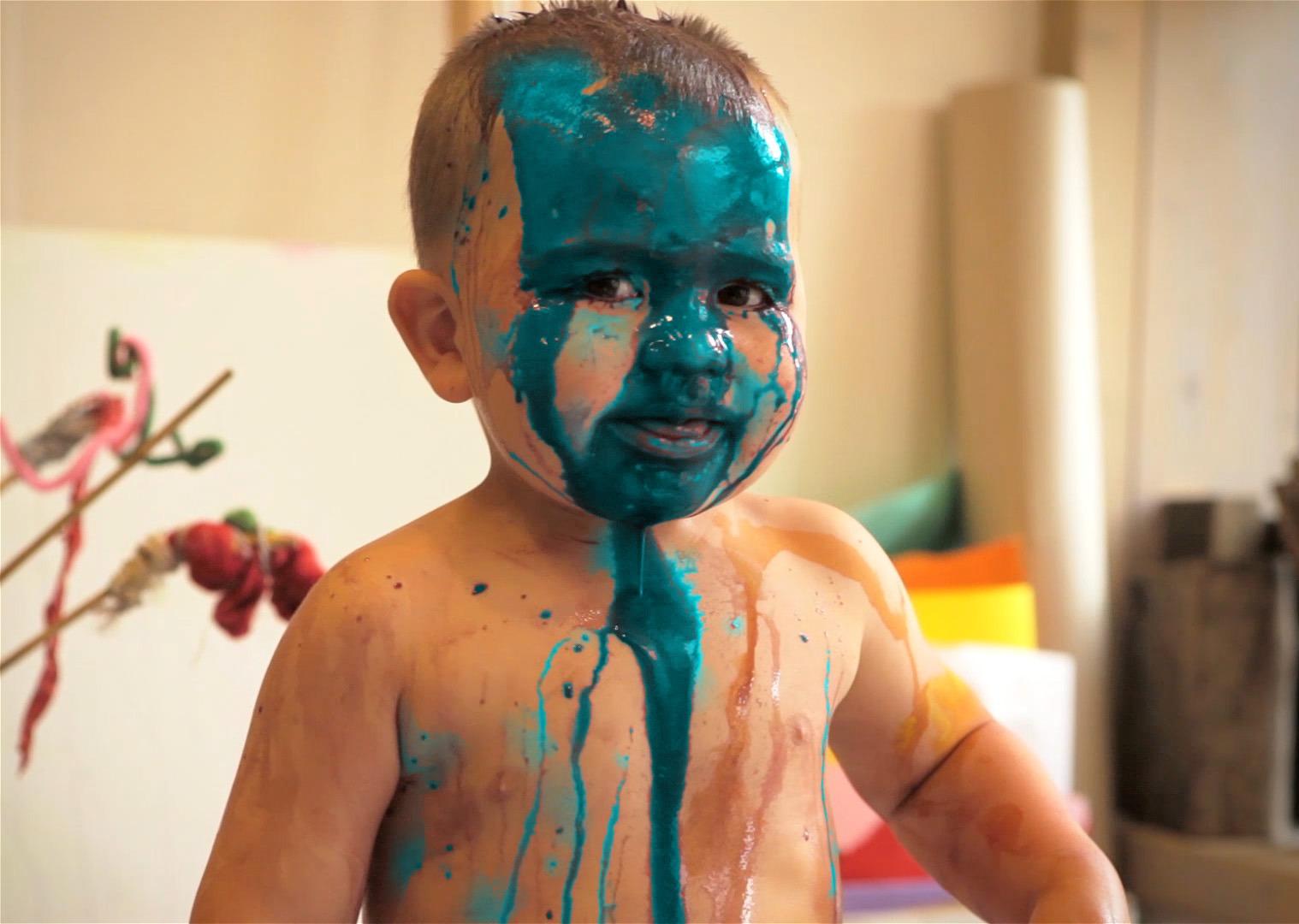 Junge mit blauer Farbe im Gesicht