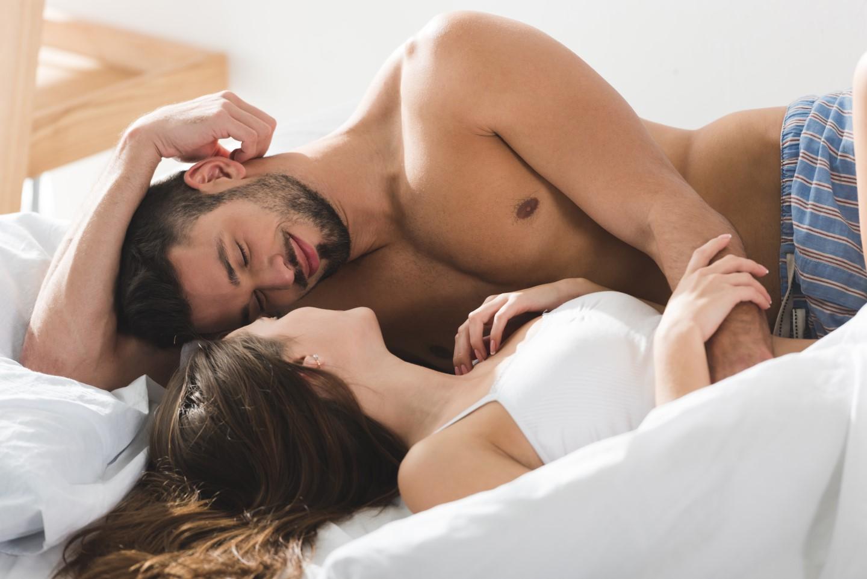 Par som ser ømt på hverandre i senga