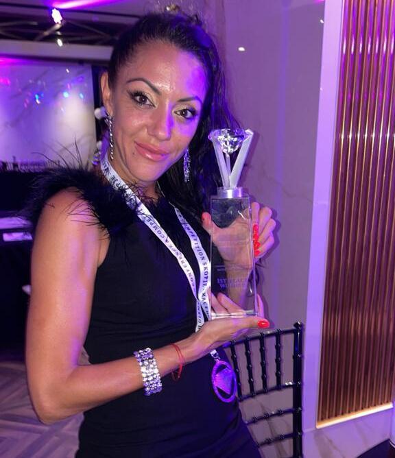 Ученичка на wellty academy  позира с 2 награди от международно състезание