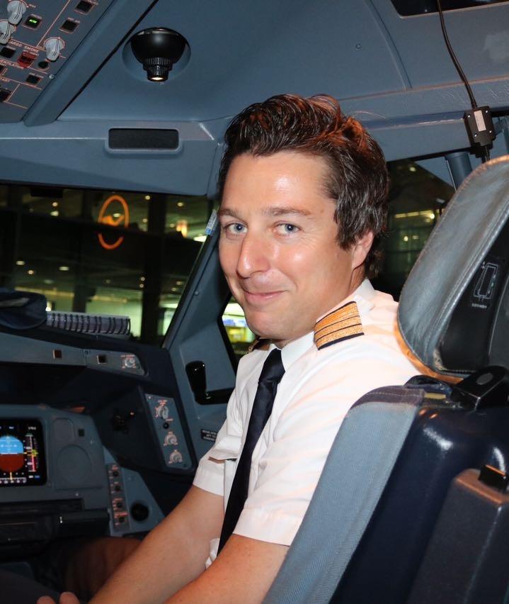 Jan Evers als Airline Pilot im Cockpit
