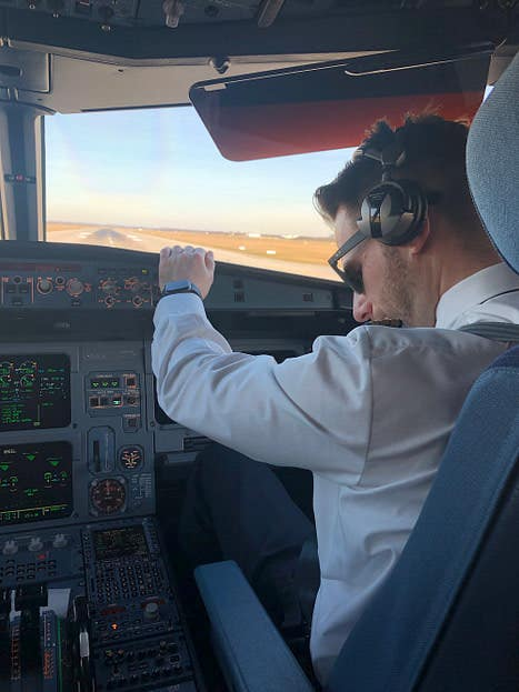 Jan Evers als Airline Pilot im Cockpit
